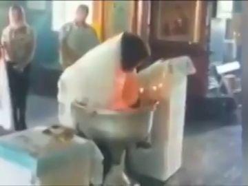 Las violentas imágenes en las que un cura casi ahoga a un bebé mientras le bautiza