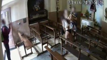 Imagen del momento del robo del Cristo en la capilla