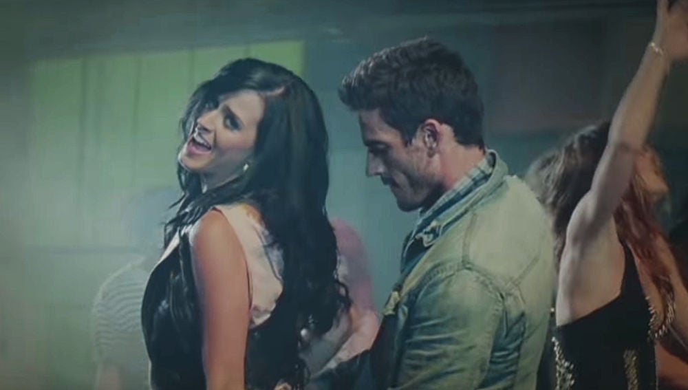 Katy Perry y Josh Kloss en el videoclip de 'Teenage Dream'