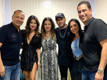 Neymar y su padre, con la cantante Paula Fernandes