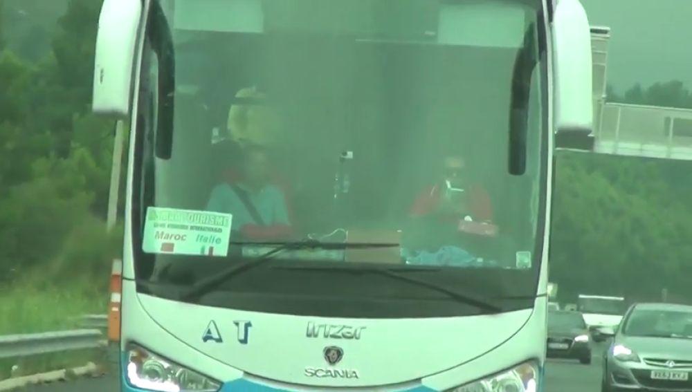Pillan a un conductor leyendo mientras conduce un autocar turístico por la autopista