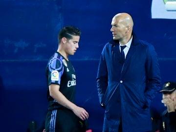 James Rodríguez pasa al lado de Zidane
