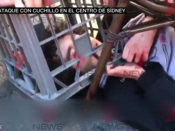 Así fue la detención del hombre que apuñaló a una mujer e hirió a otra en Sídney