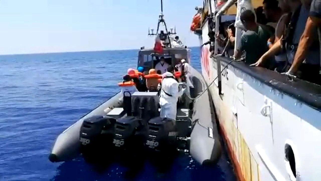 Varios inmigrantes son evacuados desde el barco de la ONG española Open Arms