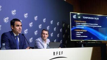 Velasco Carballo y Clos Gómez, explicando las novedades del VAR para la temporada 2019/2020
