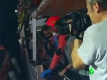 La arriesgada evacuación de dos bebés del buque Open Arms que continúa a la espera de un puerto