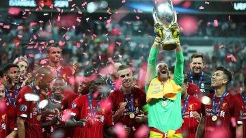 Adrián levanta la Supercopa de Europa lograda por el Liverpool