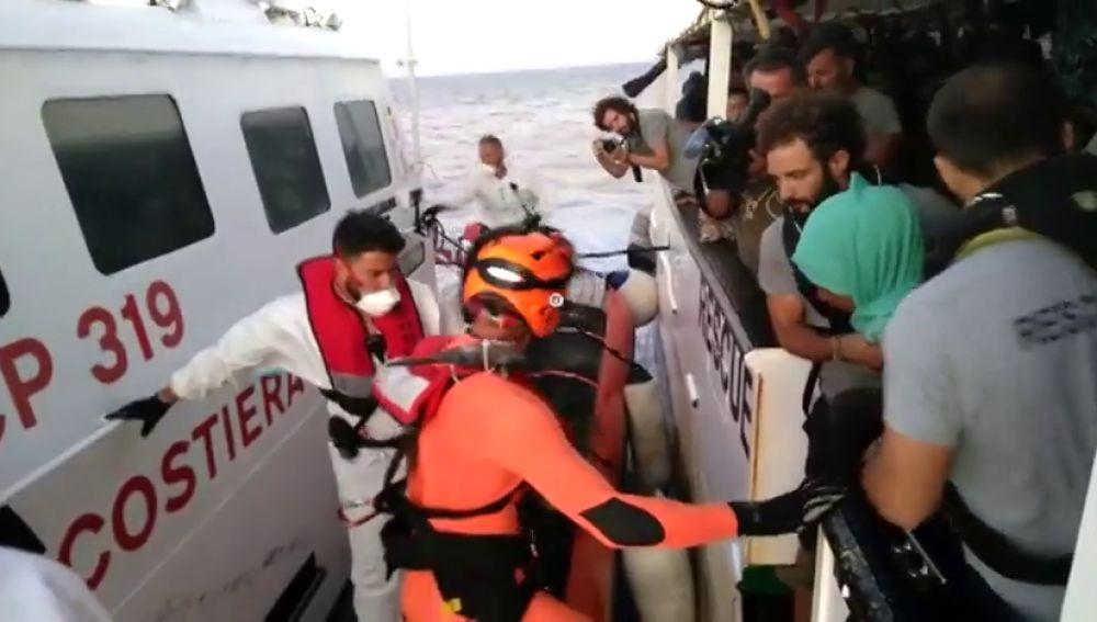 Evacuan de forma urgente a nueve migrantes del 'Open Arms' por motivos psicológicos