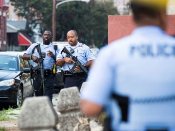 Agentes de Policía en el lugar del tiroteo en Filadelfia