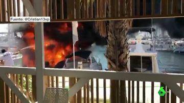 Imagen del barco envuelto en llamas.