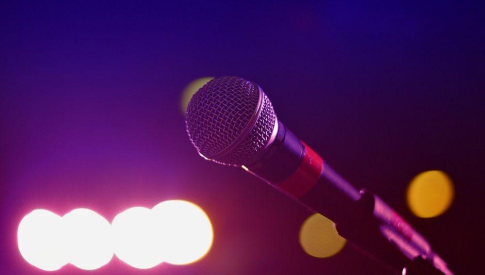 Tras cantar mucho karaoke, hombre termina con colapso pulmonar