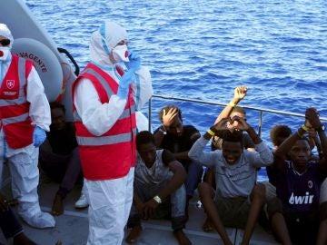 Imagen de los menores a los que se ha permitido desembarcar en Lampedusa