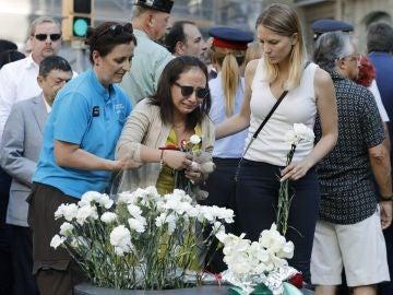 Familiares de las víctimas y afectados por el atentado terrorista del 17A depositan claveles blancos durante el acto institucional
