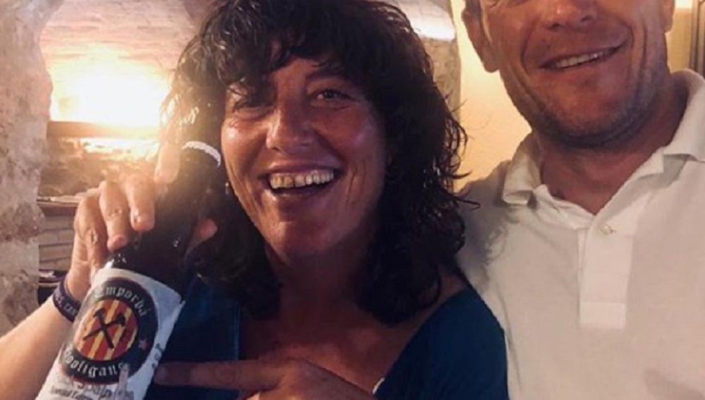 La consellera de Agricultura de la Generalitat junto a una cerveza con el lema 'Fuck Spain'