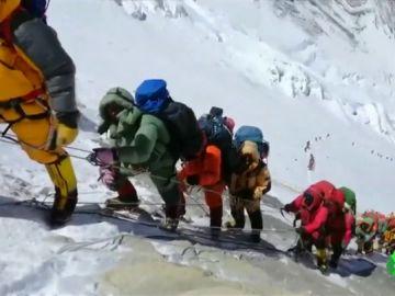 Montañeros subiendo el Everest.