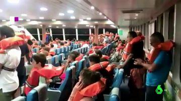 Pasajeros de un ferry que fueron evacuados tras encallar