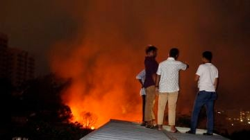 Personas de Bangladesh observando el fuego