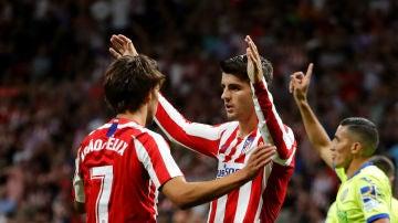 Joao Félix y Morata celebran un gol