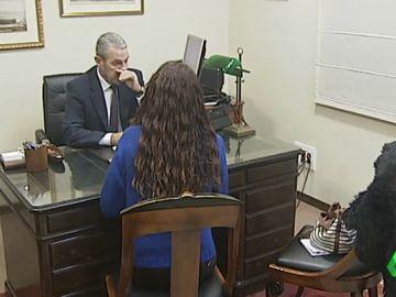 Mujer ante un notario realiza un testamento vital