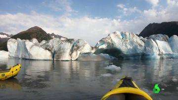 Graban el impactante momento en que un glaciar se despedaza y cae al agua en Alaska
