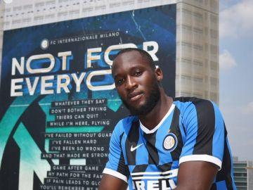 Lukaku posa con la camiseta del Inter