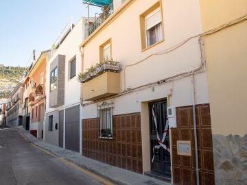 Fachada de la vivienda en la que presuntamente un hombre ha matado a su mujer en Jaén