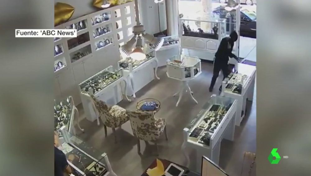 Uno de los ladrones asaltando la joyería.
