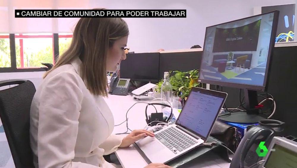 Una mujer en su puesto de trabajo.