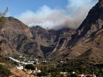 El incendio de Gran Canaria, sin control, entra en el Parque Natural de Tamadaba