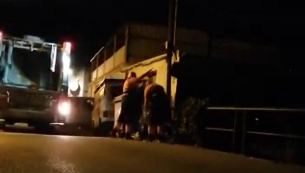 """Las """"lamentables"""" imágenes de los operarios de Limpieza de Marbella arrojando basura a un río"""