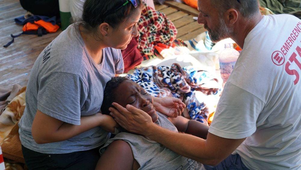 Dos sanitarios atienden a una de los 107 migrantes a bordo del Open Arms, fondeado frente a la costa de Lampedusa.