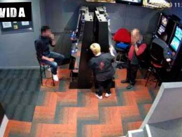 Imágenes robando en una sala de juegos