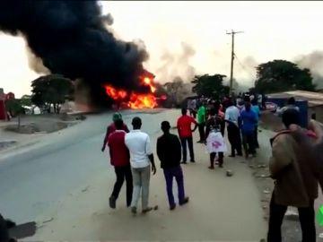 Bola de fuego provocada por un camión cisterna siniestrado