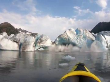 Graban el deshielo de un glaciar desde su kayak y les traga una ola gigante