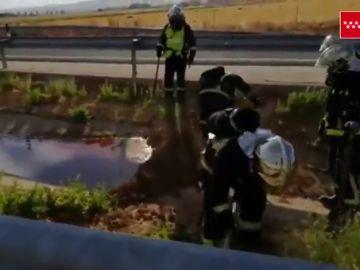 Un camión cisterna sufre un accidente y genera una fuga de hipoclorito sódico en la R2 en Madrid