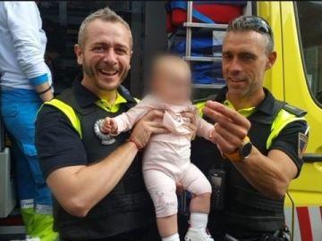 Imagen de los agentes que han salvado la vida a un bebé de ocho meses que se estaba atragantando