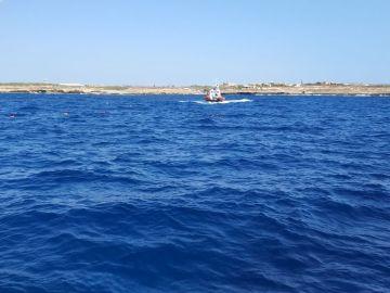 Migrantes del Open Arms tratan de llegar a Lampedusa