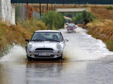 La tormenta entre Peñíscola y Benicarló atrapa a 6 vehículos y daña una playa