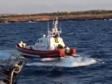 Un migrante del Open Arms salta al mar para intentar alcanzar la costa de Lampedusa