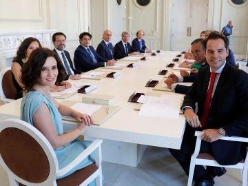 El nuevo Consejo de Gobierno de la Comunidad de Madrid posa durante su primera reunión