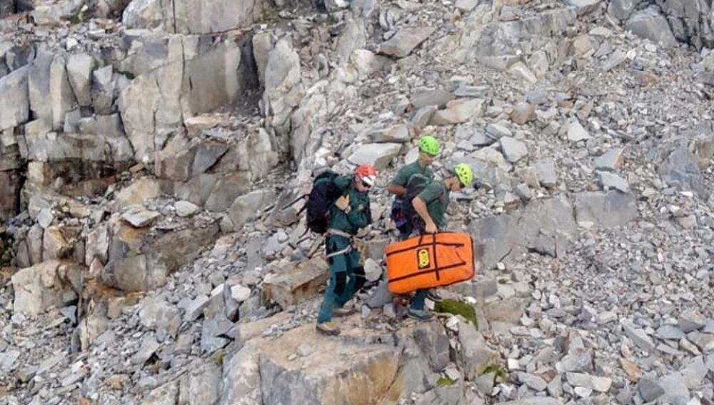 Imagen del rescate a un montañero  montañero que se despeñó en un pico del Pirineo