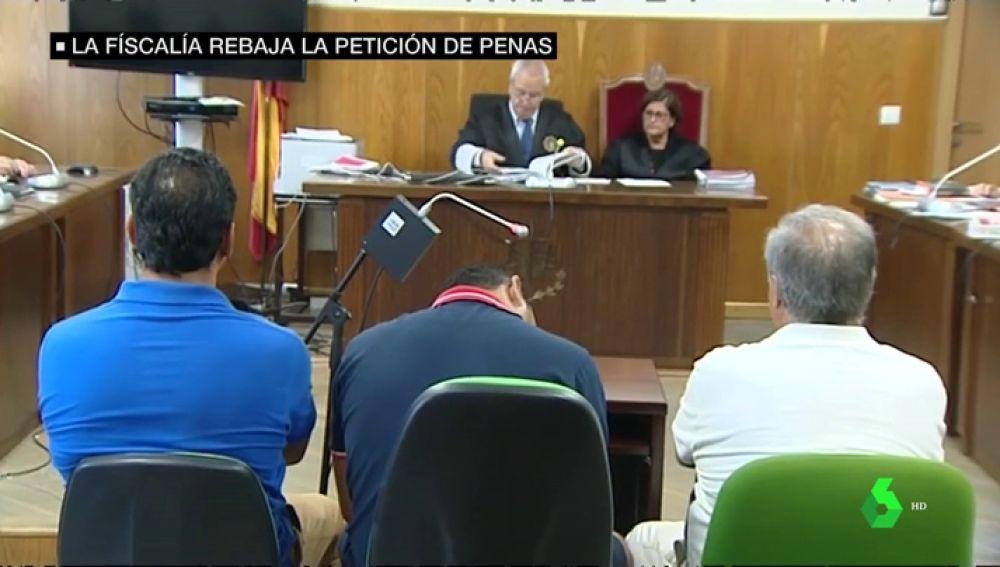 Imagen de los vendedores ambulantes y el bañista que participaron en el apuñalamiento a un policía en Huelva