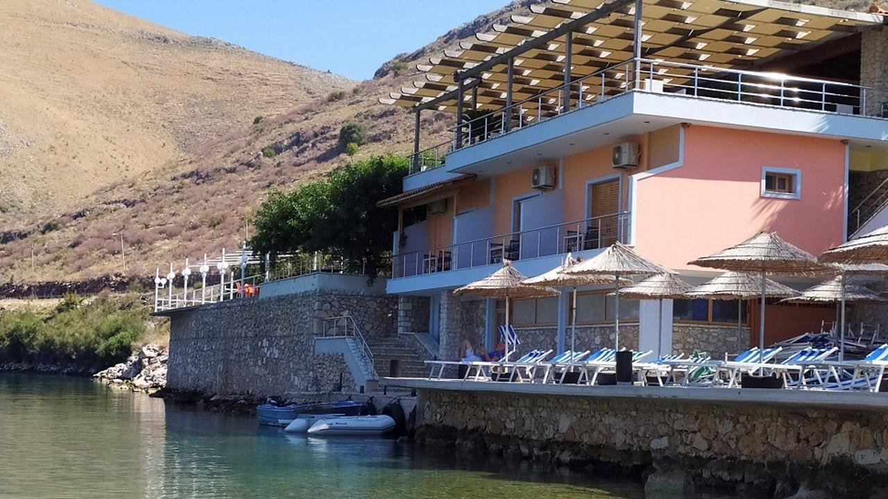 Imagen del restaurante que ha sido demolido en Albania