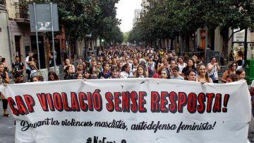 Varios colectivos feministas muestran una pancarta con el mensaje '¡Ninguna violación sin respuesta!