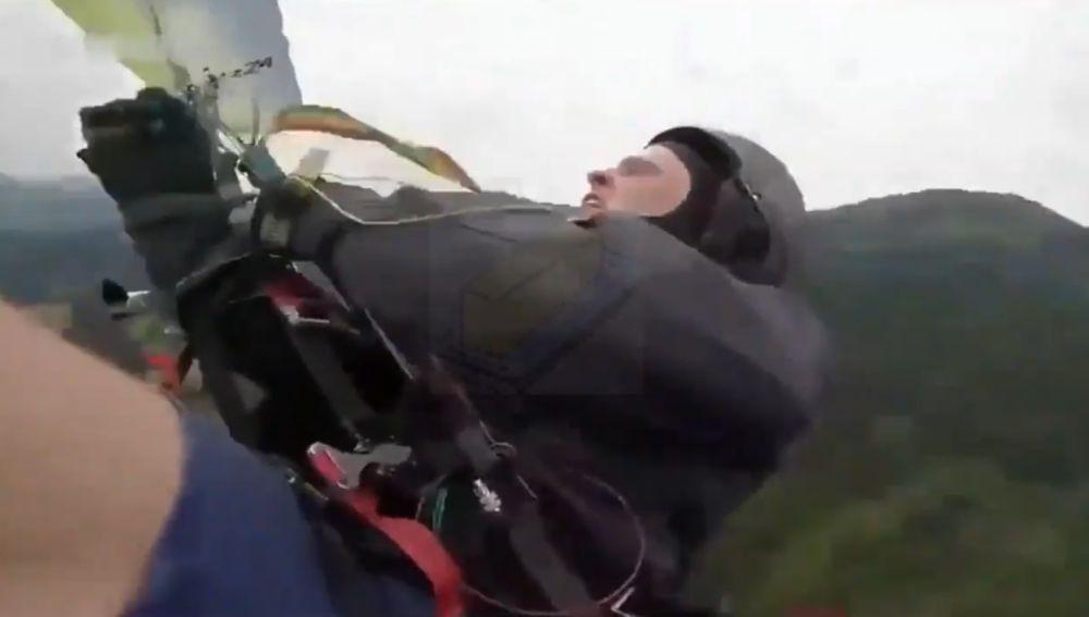 El momento de la caída mortal de un paracaidista