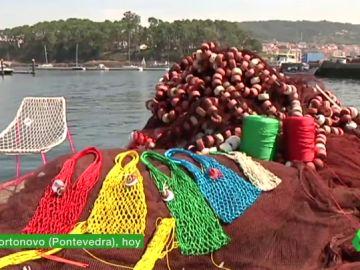 De atrapar peces a convertirse en bolsos: este es el proyecto de artesanas gallegas contra el cambio climático