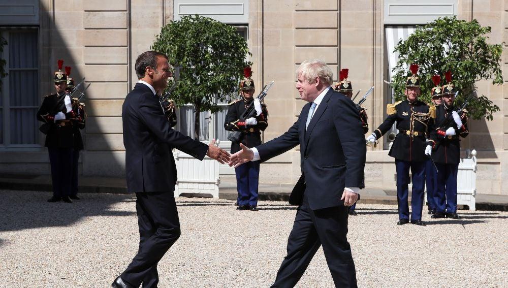El presidente francés, Emmanuel Macron, recibe al primer ministro del Reino Unido, Boris Johnson