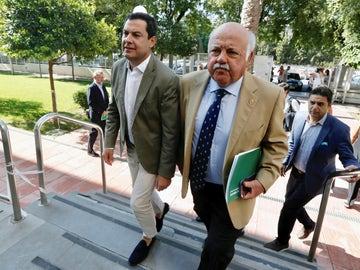 Juanma Moreno, junto al consejero de Salud Jesús Aguirre