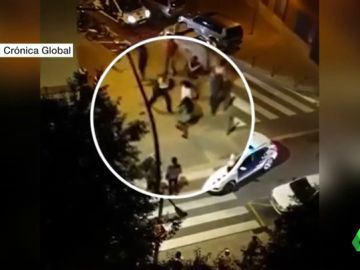El grupo de personas que agredió a los agentes que estaban retirando el vehículo.