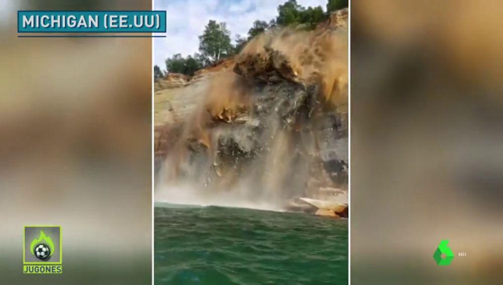 Un acantilado se derrumba frente a un grupo de kayakistas en el lago Michigan